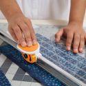 Combiné règle acrylique et cutter pour la coupe droite des tissus - Fiskars