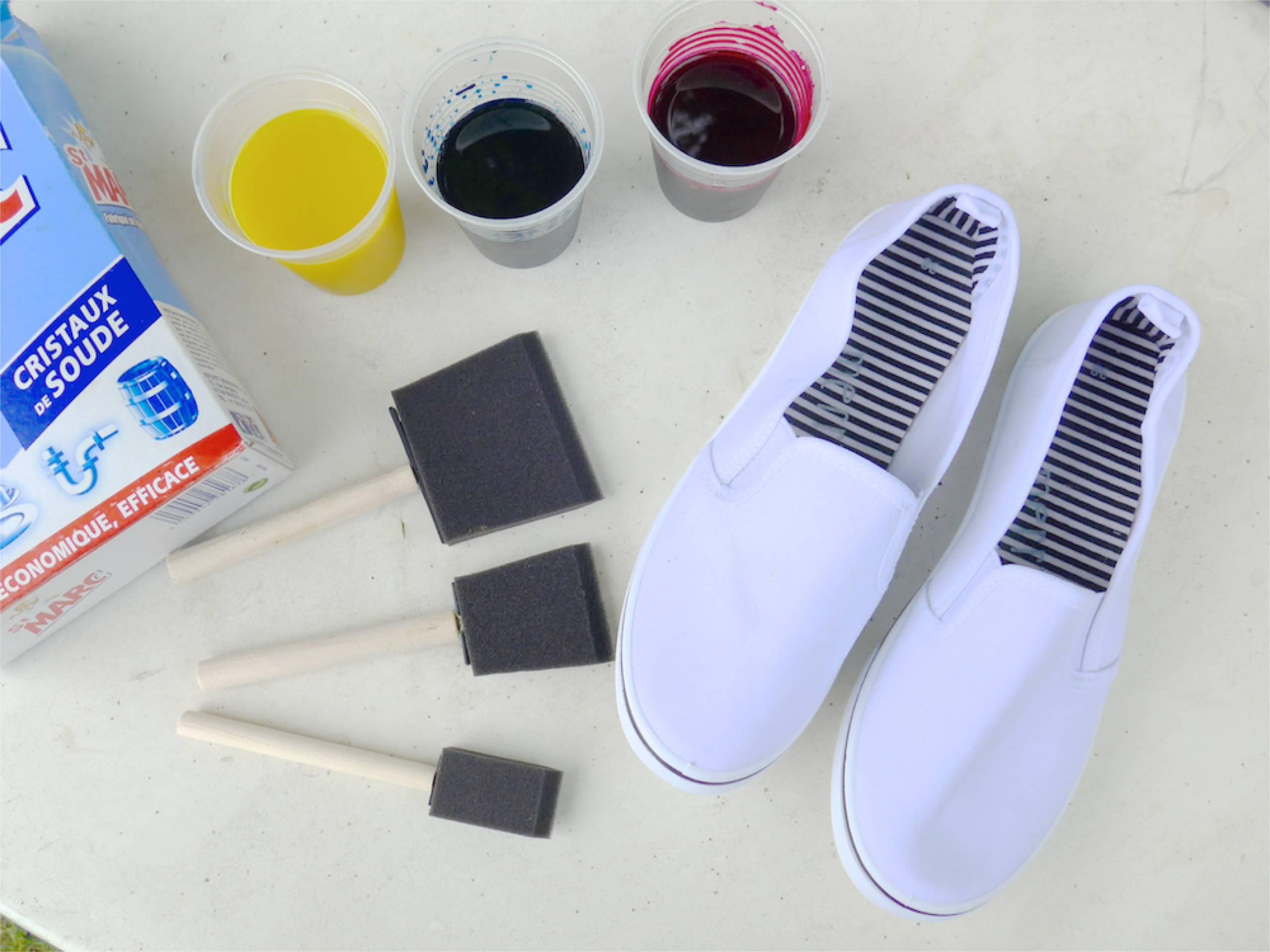 Le matériel pour teindre des tennis multicolores